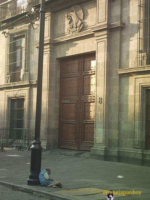 A un lado de Palacio Nacional y bajo el escudo Nacional 1 de octubre 2013